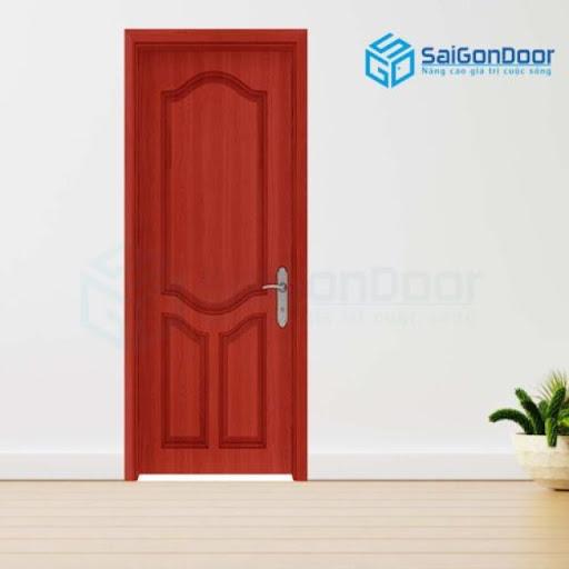 Cửa phòng vệ sinh làm bằng gỗ với hoạ tiết đơn giản